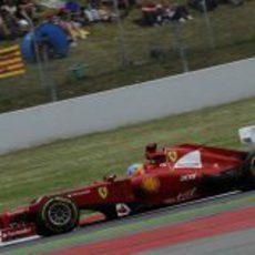 Fernando Alonso trata de mejorar sus tiempos en carrera