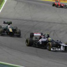 Bruno Senna llega a la curva por delante de un Caterham