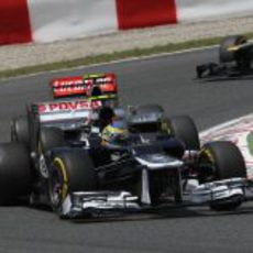 Bruno Senna por delante de un McLaren