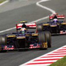 Jean-Eric Vergne conduce por delante de su compañero de equipo