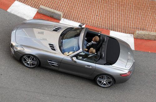Rosberg y Häkkinen conduciendo un Mercedes por Mónaco