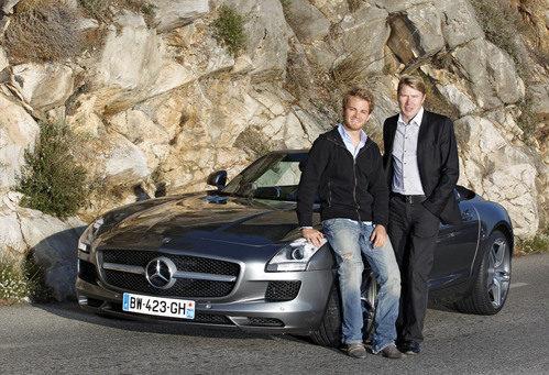 Nico Rosberg y Mika Häkkinen junto a un Mercedes en Mónaco
