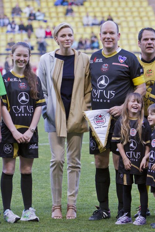 La Princesa Charlene y el Príncipe Alberto II de Mónaco en el campo de fútbol