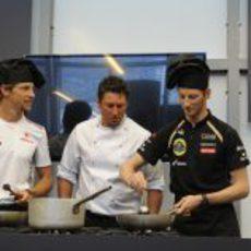 Grosjean y Button nos muestran sus artes culinarias en Mónaco