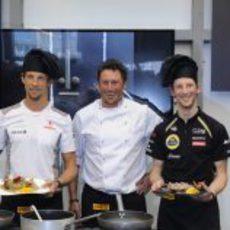 Grosjean y Button muestran sus platos