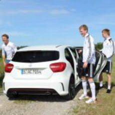 Nico Rosberg se divierte con los jugadores de fútbol de su país