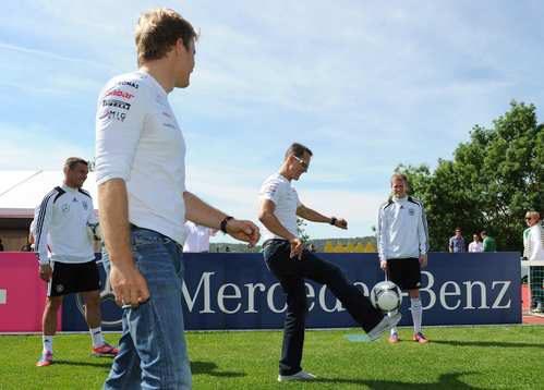 Rosberg y Schumacher juegan al fútbol con su Selección