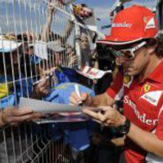 Fernando Alonso firma autógrafos en Mónaco 2012