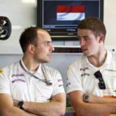 Paul di Resta habla con uno de sus ingenieros en Mónaco