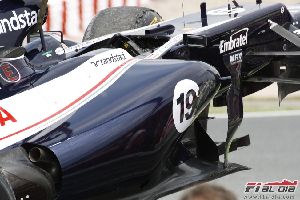 El monoplaza de Senna es levantado por la grúa