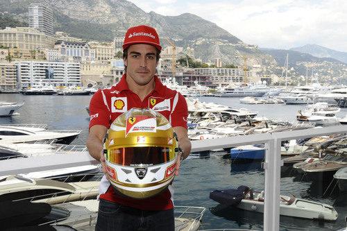 Fernando Alonso nos muestra su casco para el GP de Mónaco 2012