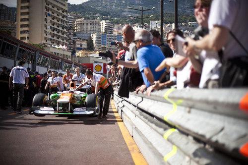 Los mecánicos de Force India llevan el monoplaza a su box