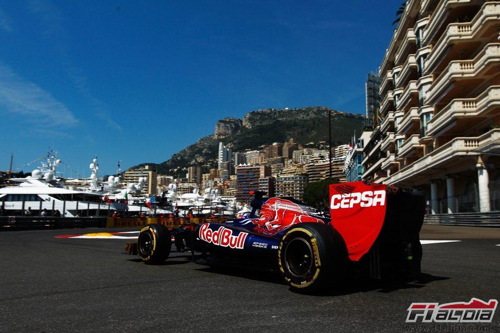 Daniel Ricciardo rueda en los libres de Mónaco