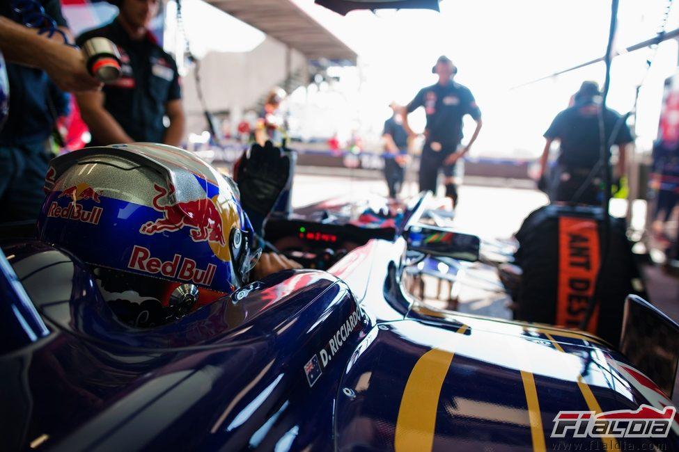 Daniel Ricciardo espera para salir a pista en los segundos libres de Mónaco