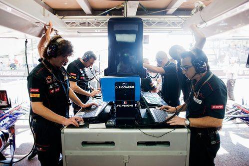 Los ingenieros de Toro Rosso ponen a punto la telemetría de los coches