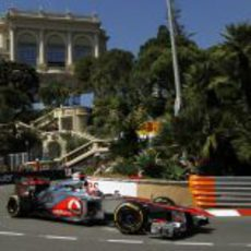 Jenson Button toma una curva en Mónaco