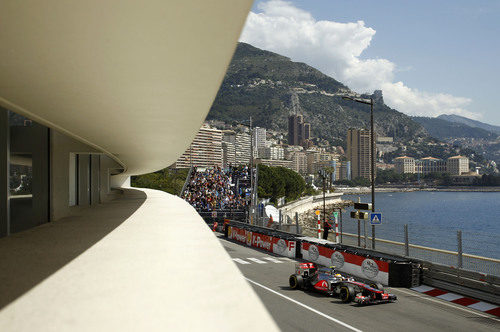 Lewis Hamilton rueda con el McLaren con el mar de fondo