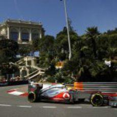 Lewis Hamilton toma una curva en Mónaco