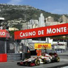 Pedro de la Rosa toma una curva en Mónaco