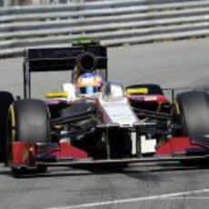 Narain Karthikeyan toma una curva en Mónaco