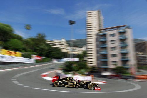 Romain Grosjean pasa por 'Gran Hotel' durante los FP1