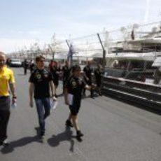 Romain Grosjean pasea por el' paddock' de Mónaco