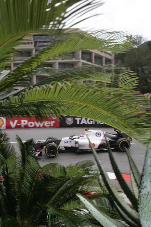 Kamui Kobayashi lucha con su C31 en Mónaco