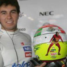Sergio Pérez nos enseña el casco que llevará en Mónaco