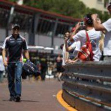 Pastor Maldonado pasea por el pit-lane del GP de Mónaco 2012