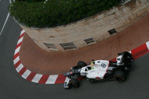 Sergio Pérez toma una de las curvas de Mónaco