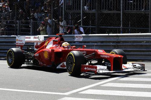 Fernando Alonso conduce por las calles de Montecarlo