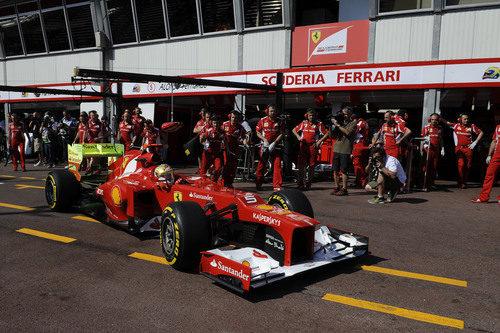 Fernando Alonso regresa al 'box' de Ferrari