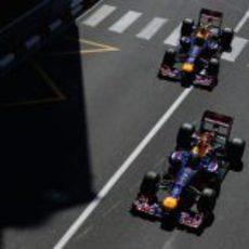 Los dos pilotos de Red Bull sobre el asfalto de Mónaco