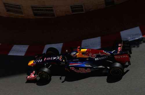 Sebastian Vettel coge una curva en Mónaco