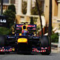 Mark Webber conduce por las calles de Mónaco