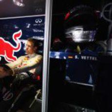 Sebastian Vettel espera sentado en el garaje de Red Bull