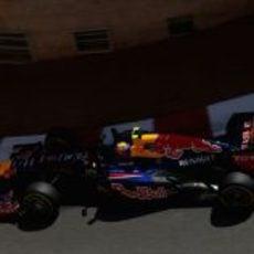 Mark Webber coge una curva en Mónaco