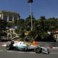 Nico Rosberg coge una curva con su monoplaza en Mónaco