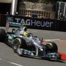 Nico Rosberg conduce por las calles del Principado de Mónaco