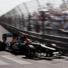 Heikki Kovalainen rueda sobre el asfalto de Mónaco