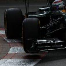 Vitaly Petrov sale de una curva en Mónaco