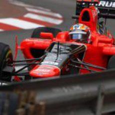 Timo Glock conduce por las calles de Mónaco