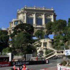 Timo Glock coge una de las curvas del circuito de Mónaco