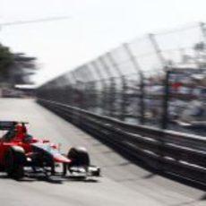 Charles Pic se prepara para coger una curva en Mónaco