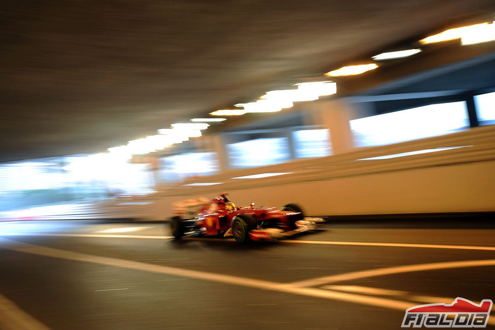 Fernando Alonso en el túnel de Mónaco durante la clasificación