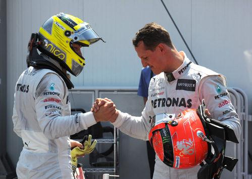 Nico Rosberg y Michael Schumacher se felicitan tras la clasificación de Mónaco 2012