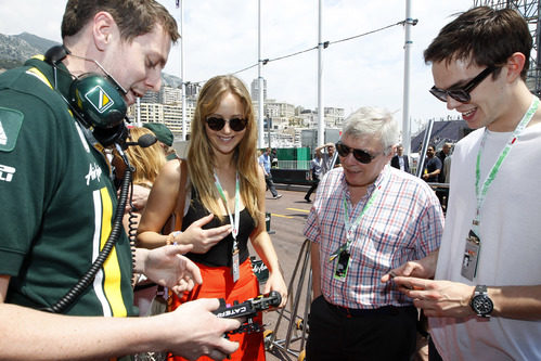 Graham Roughton explica el volante a Jennifer Lawrence, Roger Hoult y Nicholas Hoult