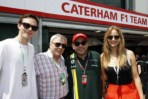Jennifer Lawrence, Roger Hoult y Nicholas Hoult con Caterham en Mónaco