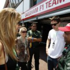 Jennifer Lawrence y Nicholas Hoult junto a Tony Fernandes en Mónaco
