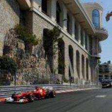Fernando Alonso se acerca a la frenada después del túnel